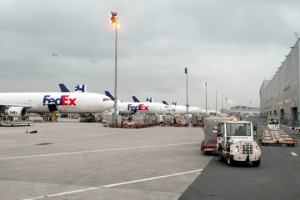 Aviones de FedEx en su centro Roissy-CDG