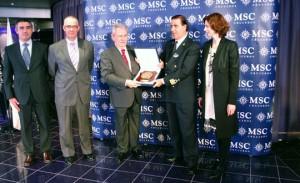 Francesc Triay entregando la metopa al capitán del MSC Magnifica