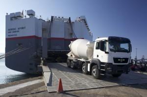 El buque Nordic Spirit cargó 59 vehículos pesados Man, de la empresa asturiana Servimotor