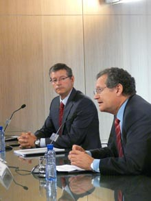 Juan Lema, presidente de Aena, y Fernando Echegaray, director del Aeropuerto de Barcelona, durante la rueda de prensa del primer aniversario de la T1