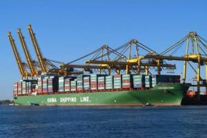 Portacontenedores de CSCL operando en el puerto de Barcelona