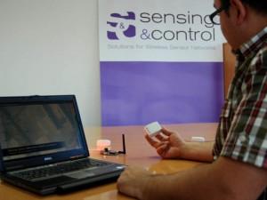 Uno de los ingenieros de Sensing & Control muestra los dispositivos del nuevo sistemas de posisionamiento