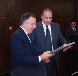Josep Anton Burgasé entregando una placa a ministro de Transportes de Egipto, Alaa Fahmy