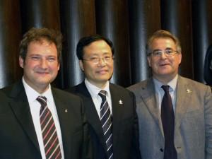 De izquierda a derecha: el alcalde de Barcelona, Jordi Hereu; el representante de la compañía Shanghai Zendai, Lam; y el presidente del Port de Barcelona, Jordi Valls
