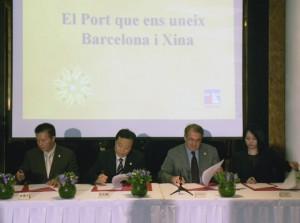 Instante de la firma entre Lam y Jordi Valls