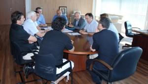 Josep Anton Burgasé, presidente del Port de Tarragona, reunido con los agentes de la comunidad portuaria