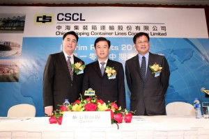 Li Shaode, presidente de CSCL, junto a Huang Xiaowen, director general y otro directivo de la naviera