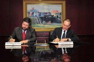 Alberto Alemán Zubieta y José Luis Hormaechea durante la firma del memorando