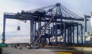 Dos de las grúas post panamax de la Terminal de Contenedores de Buenaventura