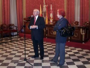 Miquel Valls, presidente de la Cámara de Comercio de Barcelona, acompañado por Rosa María Calaf