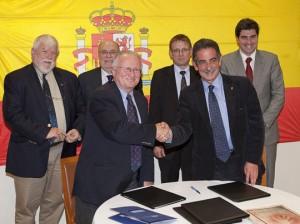 Miguel Ángel Revilla y Patrick Mareschal tras la firma del acuerdo