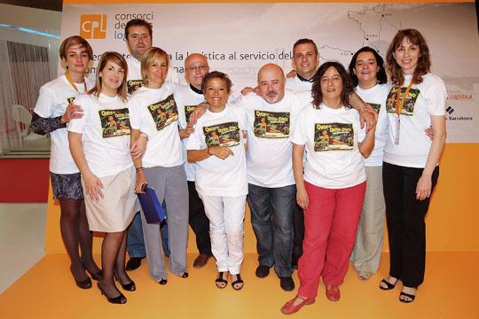 Ana Tolosa, en el centro de la imagen, con amigos de diversas empresas y medios de comunicación del sector en la fiesta celebrada en su honor en SIL 2010