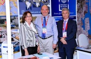 de izquierda a derecha: Rosa Puig, David Yokeum, presidente de la World Alliance Cargo Family, y Manel Galán