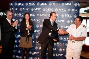 Emiliano González, Marta García-Romeu y Miguel Campoy, presidente del puertos, junto a Giacomo Romano, capitán del MSC Poesia