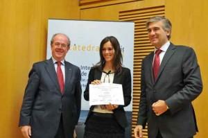 Maria Nogal recoge el Premio Internacional abertis de la mano de Antoni Giró (izq.) y Francisco Reynés (dcha.)